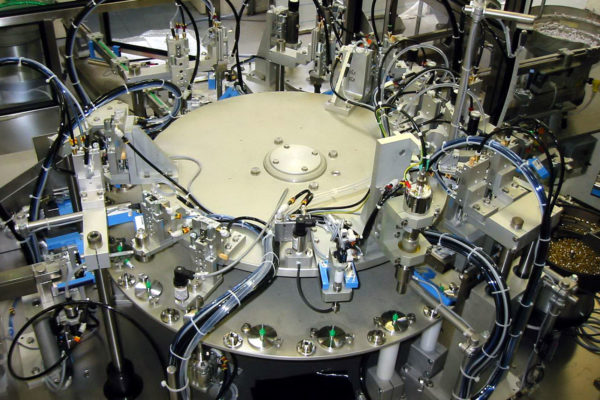 Machines spéciales : machine d'assemblage à plateau rotatif indexé